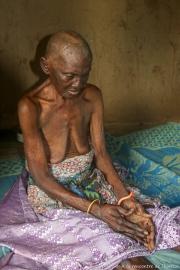 Vielle dame aveugle dans sa case à Tanguieta - Bénin 25/09/2018